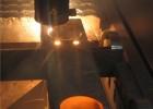 Лазер режет отверстия в профильной трубе с толщиной стенки 6мм